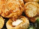 Рецепта Пържено пълнено пилешко филе с плънка от пушено топено сирене, панирано с яйца, сусам, брашно и галета